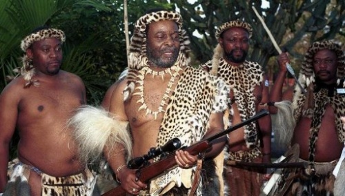 Le roi zoulou Goodwill Zwelithini (C) à Hluhluwe le 1er juillet 2001